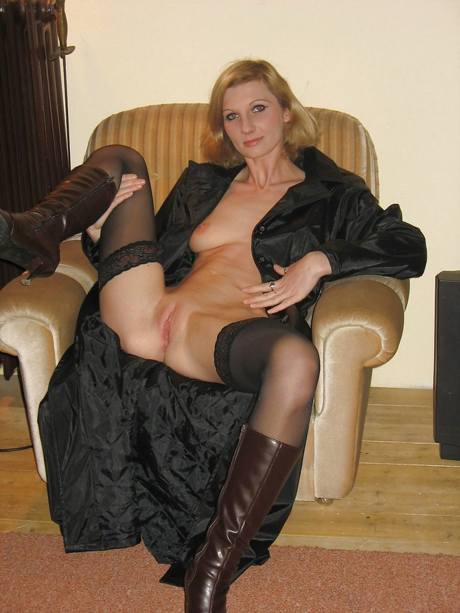Amateur Mature Wet Pussy Posing Naked at Home