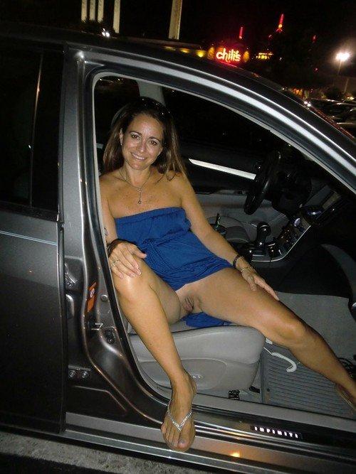Amateur pussy flashing in car